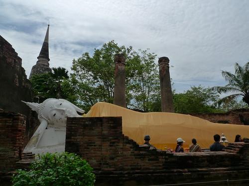 涅槃仏と仏塔