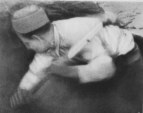Minero republicano cavando una de las minas destinadas a volar el Alcázar de Toledo