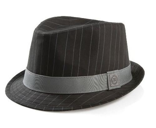 63a6ff95e8fc4 El sombrero da un aspecto de informalidad y fresco. El detalle de las rayas  y la tira blanca rompen con el modelo clásico y le dan un estilo exclusivo  para ...