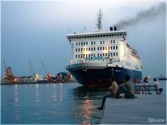 Ya llega. (jbuscador) Tags: barcelona espaa ferry port boats puerto spain mediterraneo barcos gente sony panoramicas ciutatvella cataluya maritimas a3b yourcountry alpha350 jbuscador