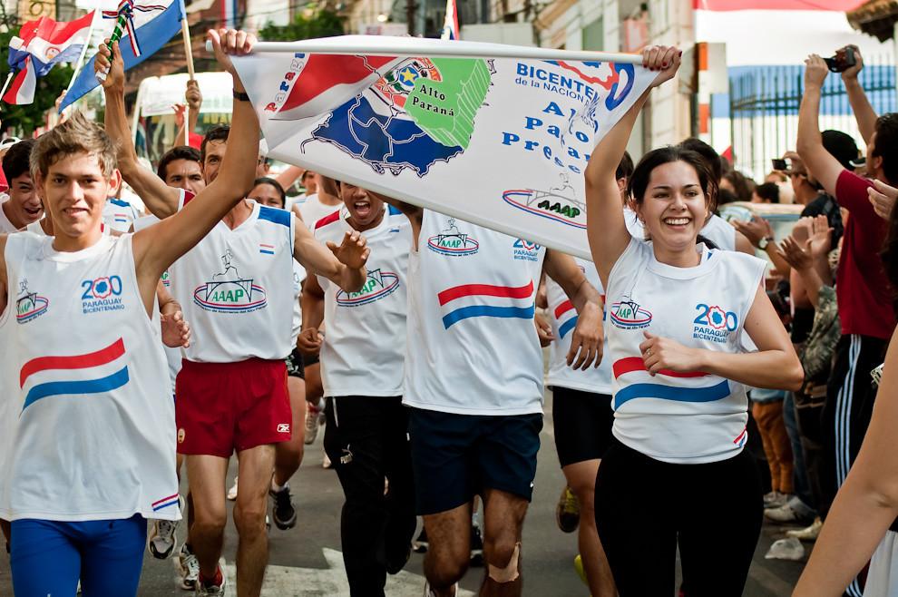 Atletas provenientes de Alto Paraná y Encarnación llegan a la meta frente a la Casa de la Independencia durante el final del Ultra Maratón de Relevos el 15 de Mayo. (Elton Núñez - Asunción, Paraguay)