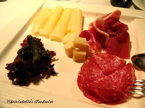 月之義大利開胃菜乳酪臘腸拼盤