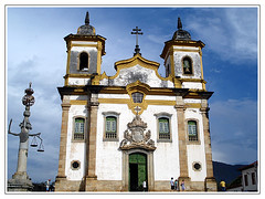 Igreja de So Francisco de Assis, Mariana. (Jessica Aquino) Tags: minasgerais church bluesky igreja praa mariana pelourinho barroco cuazul praaminasgerais igrejadesofranciscodeassis mestreataide histriaigrejadesofranciscodeassismarianachurchigrejabarrocominasgeraismestreataidecuazulblueskypelourinhopraaminasgeraispraa