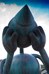 Crying giant-6050 (Arie van Tilborg) Tags: strand scheveningen denhaag terras borabora tomotterness beeldenaanzee sprookjes sgravenhage sprookjesbeeldenaanzee tilborg arievantilborg tlbdemonnl avantilborg avtilborg