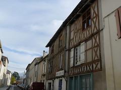 Monsgur (33), une rue avec des maisons  colombages. (Marie-Hlne Cingal) Tags: france southwest halftimbered colombages bastide sudouest aquitaine gironde monsgur