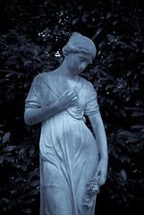 Roso (8#X) Tags: autumn bw sculpture friedhof graveyard germany munich münchen geotagged bayern deutschland bavaria dawn europa europe pentax herbst duotone churchyard aficionados ostfriedhof nohdr 8x k10d pentaxk10d smcpentaxda35mmf28macrolimited geo:lat=48118984 geo:lon=1159059