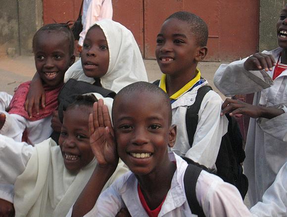 Des enfants jouant dans une rue de Kinshasa
