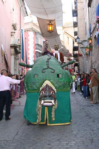 La Tarasca, desfilando por las calles toledanas. Pulse para ampliar