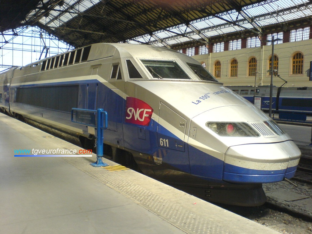 La rame TGV R 2N 611 attend son prochain service sur une des voies de la gare marseillaise.