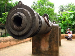 Jahan Kosha Gun (Octobit) Tags: travel trees boy india plant man black green big ancient iron gun photographer castiron blacksmith kolkata bengal calcutta pedestal westbengal banga murshidabad pashchimbanga