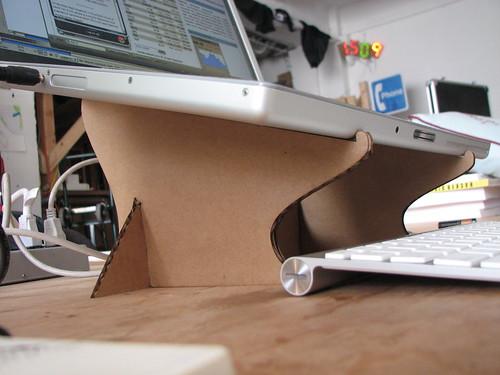 Laptopállvány kartonból