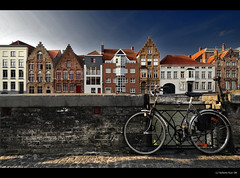 Postcards from Belgium... another one from 'Brugge'?? (B'Rob) Tags: street city travel blue light sky orange cloud streetart color building art tourism true azul architecture photography photo yahoo google rojo nikon flickr belgium symbol edificio picture bicicleta tourist colores best explore cielo bruges belgica 1224mm brujas brugges mejor tradición d300 brob explored brobphoto