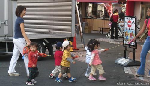 Niños con correa class=