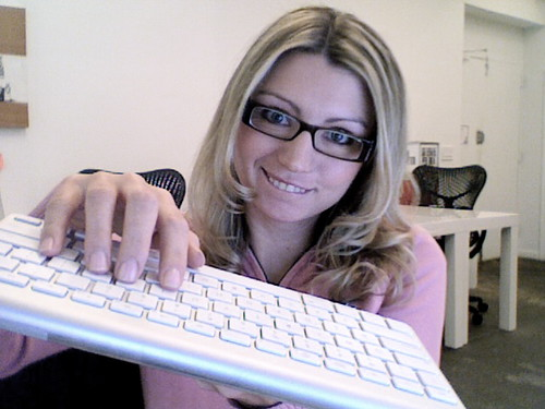Julia Roy hot sexy Geek girl teclado