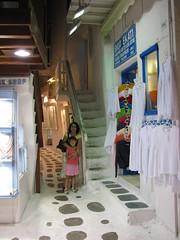 Piso blanco (Carlitos) Tags: woman sarah island mujer europa europe martha greece grecia hora isla chora cyclades mykonos ellda  cicladas