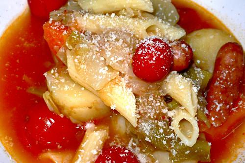 新ジャガ、新玉葱、新キャベツとシポラタのトマト煮込み