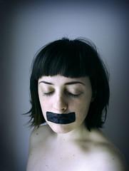 [フリー画像] [人物写真] [女性ポートレイト] [白人女性] [目を閉じる] [黒髪] [ショートヘアー] [イタリア人]    [フリー素材]