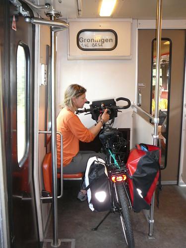 Inclusive arrreglando las bicis en el tren , camino a Vries y Assen para despedirnos de la familia de Harry.