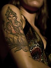 Dea (IL_Razza) Tags: portrait woman hot sexy 20d girl tattoo ink canon donna model vishnu indiana ganesh tatoo lowkey ritratto nero pelle ragazza tatuaggio dea inchiostro seno modella associazione salmastro