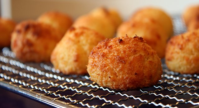 Crispy coconut and mozzarella bites