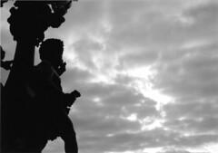 E luce fu - Riprendendo alcune foto (VALERIA MORRONE  ) Tags: blackandwhite bw paris france blancoynegro film statue 35mm frankreich europa europe noiretblanc bn valeria francia yashica biancoenero controluce analogica  parigi pontalexandreiii contaluz pellicola  analogcamera  scanfromprint paname  viiarrondissement  franc fotograficamente  pontealessandroiii  valeriamorrone evrop