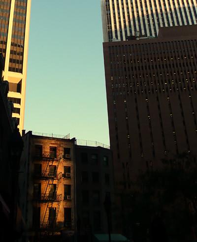 entre rascacielos
