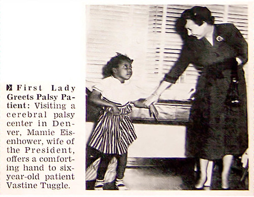 Mamie Eisenhower Greets Little Girl with Palsy - Jet Magazine, October 14, 1954 por vieilles_annonces.