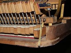 Criatividade?????? (Carlos Gustavo Kersten) Tags: brasil teclado piano concerto música sonata máquina improviso flügel criatividade pianista gambiarra conserto elástico afinação quebragalho afinadores rönisch pianotuners pianotechnicians pianodecauda mecânismo técnicosdepianos afinadordepiano serviçoporco tecladodepiano