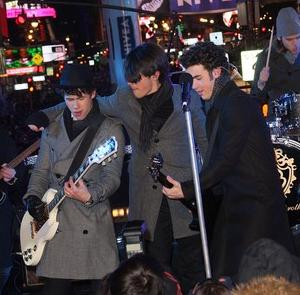 jonas-brothers-new-year-eve-02