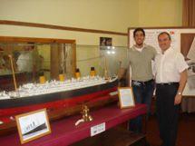 Aldo Aldorino y Sergio Coser junto a la maqueta