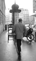 silla en parís (marcos fraga) Tags: bw paris persona calle gente retrato bn silla urbano rue hombre rúa urbain ruederome