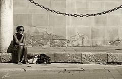 sentada en antiguo (sepia¿?) (Nauzet Acosta) Tags: sevilla andalucia soledad contrastes pensativa ciudadantigua nauzet nauzetacostacom nauzetacosta
