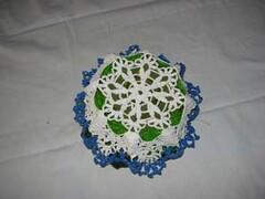 retro cestino piccolo con bordo azzurro con composizione floreale (uncinetto_patrizia) Tags: e di fiori con composizione zucchero cestino alluncinetto inamidato