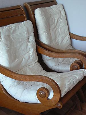 chaises en bois dans la chambre.jpg