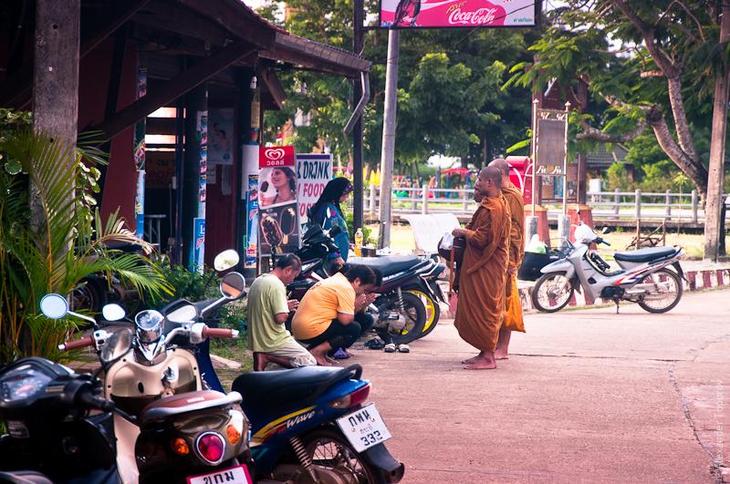 Монахи возвращаются с похоронной молитвы