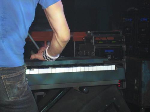 momo a los teclados