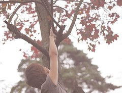 автопортет 150й день (tomato_senya) Tags: trees selfportrait colour me nature hands bodylanguage 365ru