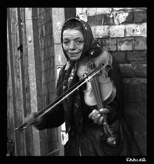 Fiddler@Flohmarkt (Zazie [dans l'mtro de Rome]) Tags: bw berlin bn urbanjungle prenzlauerberg fiddler mauerpark gitana violinista zingara cronacheurbane eberwalderstrase