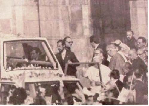 Juan Pablo II desciende del Papamovil ante la Catedral de Toledo. 4 de noviembre de 1982. Foto La Voz del Tajo