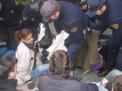 Policia apaleando a una niña menor de edad.