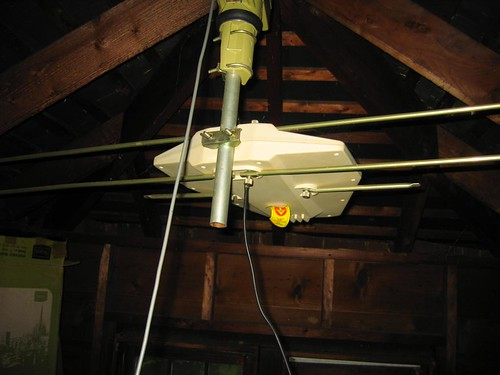 Wideband dipole antenna in the attic