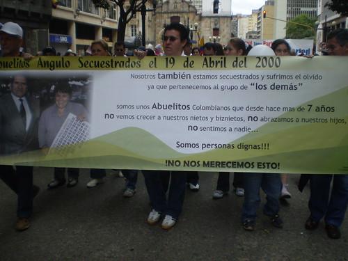 Marcha 20 de julio - Pancarta Abuelitos Angulo