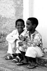 Ele sorriu pra mim... =) (Fabiana Velso) Tags: bw minasgerais meninos pb sorriso crianas pretoebranco frente diamantina duetos frenteafrente fabianavelso