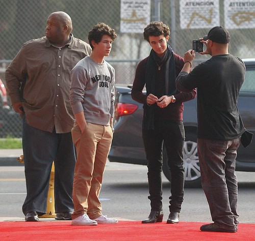 nick-kevin-jonas-shoppers-10