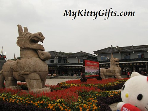 Hello Kitty Watching Guard Lions of Three Kingdom City, Wuxi