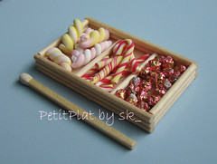 Sucreries dans cageot (PetitPlat - Stephanie Kilgast) Tags: pink food miniature sweets minifood collectible 112 bonbons minis dollhouse fakefood miniaturefood oneinchscale sucreries