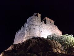 El Castell de Calafell de nit des dels seus peus