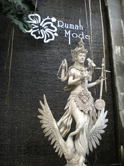 Welcome statue, Rumah Mode