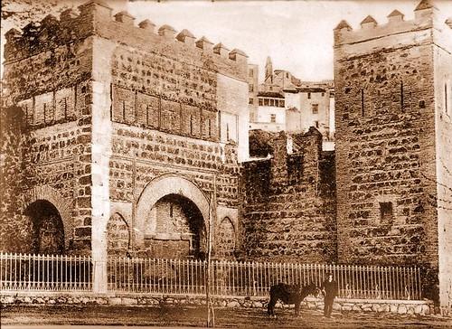 Puerta vieja de Bisagra o de Alfonso VI (Toledo) tras su restauración. Principios del siglo XX. Menor, 1913