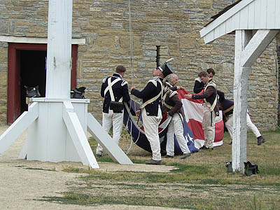 on affale le drapeau à Fort Snelling.jpg